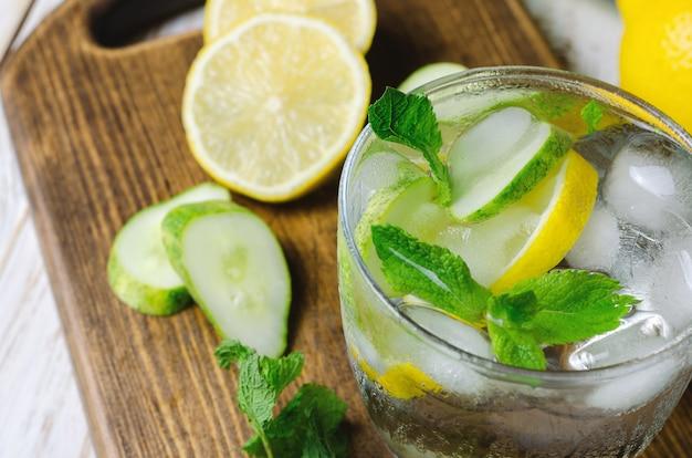 Limonada fría con limón, menta y pepino.