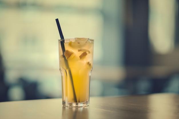 Limonada de jengibre sobre la mesa