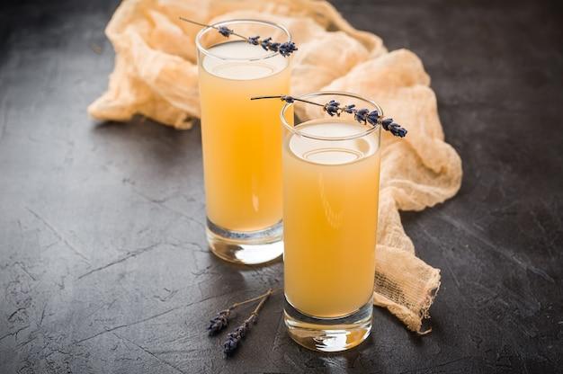 Limonada de lavanda con jugo fresco.