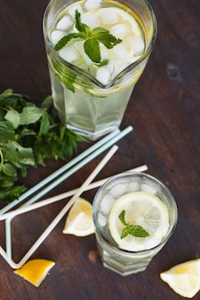 Limonada con limón fresco. bebida de fiesta de verano.