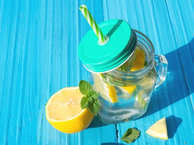 Limonada con limón y menta y copia espacio.