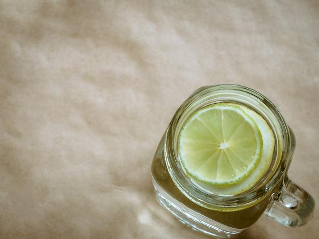 Limonada con limón sobre fondo claro. concepto de cero residuos.