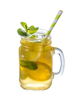 Limonada con menta en tarro de masón aislado