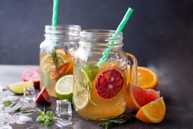 Limonada de naranja en un frasco
