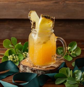 Limonada de naranja con rodaja de piña