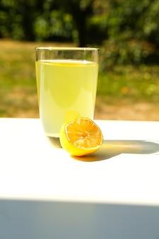 Limonada natural en el jardín