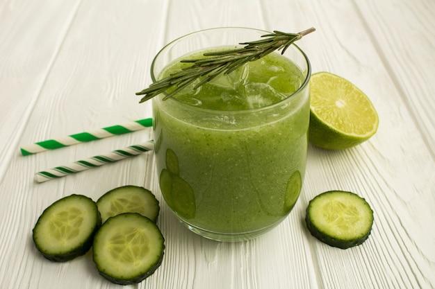 Limonada de pepino verde en la mesa de madera