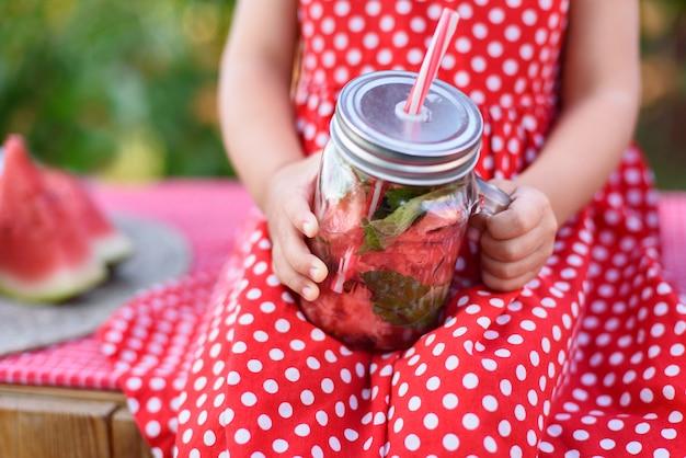 Limonada de sandía con hielo y menta como bebida refrescante de verano en frascos.