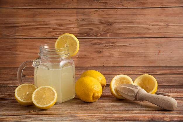 Limonada en un vaso sobre la mesa de madera