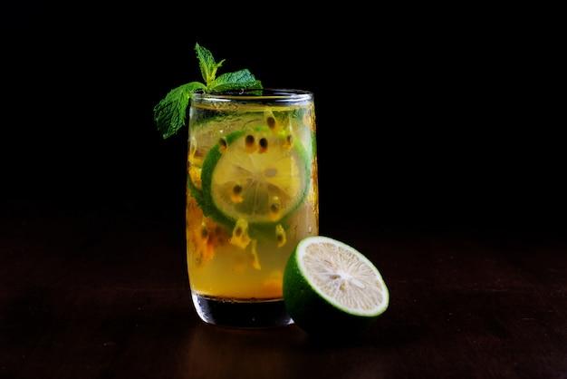 Limonada verde de maracuyá congelada en verano