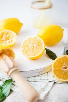 Limones amarillos en rodajas frescas sobre un fondo blanco, enfoque selectivo