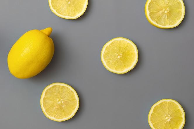Limones amarillos sobre fondo gris