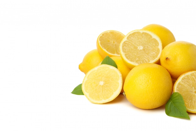 Limones frescos aislados en la superficie blanca. fruta madura