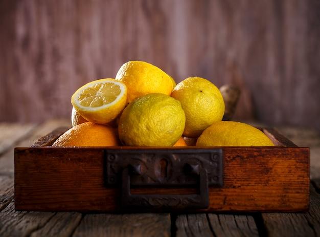 Limones frescos frutas cítricas en una caja de madera