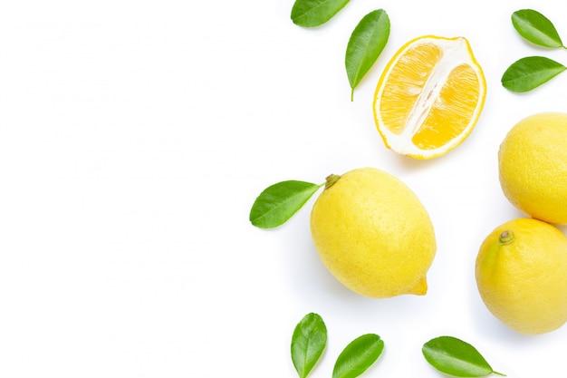 Limones frescos sobre fondo blanco.
