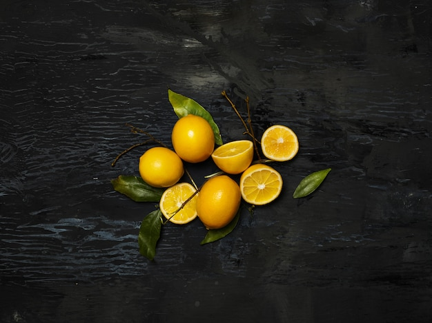 Limones frescos sobre fondo negro