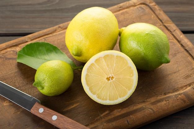 Limones frescos en tabla de cortar