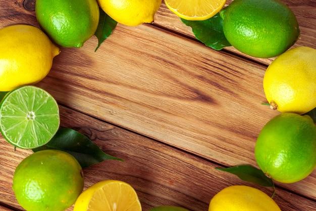 Limones y limas en almohadilla de madera