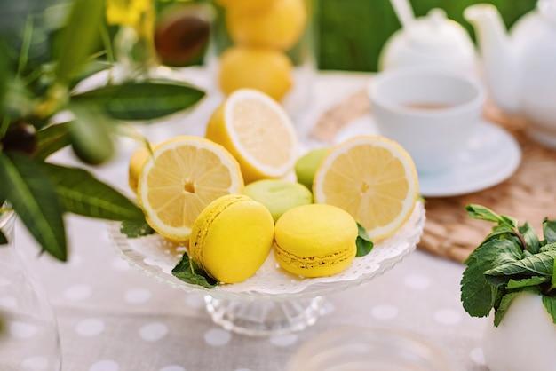 Limones y macarrones amarillos en el concepto de mesa de la temporada de primavera y verano