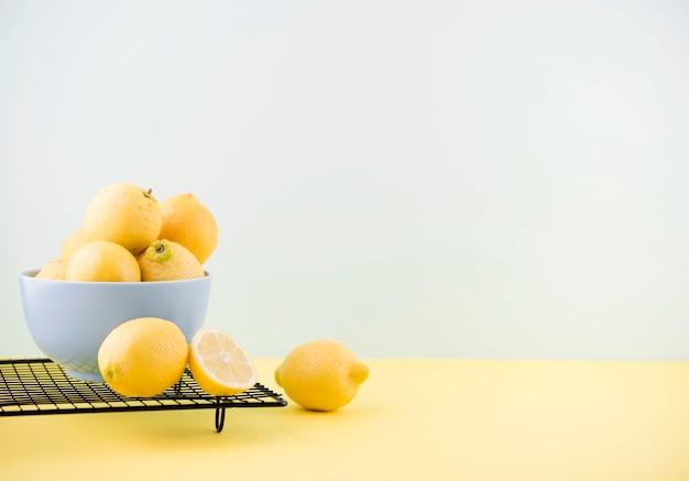 Limones orgánicos en un tazón con espacio de copia