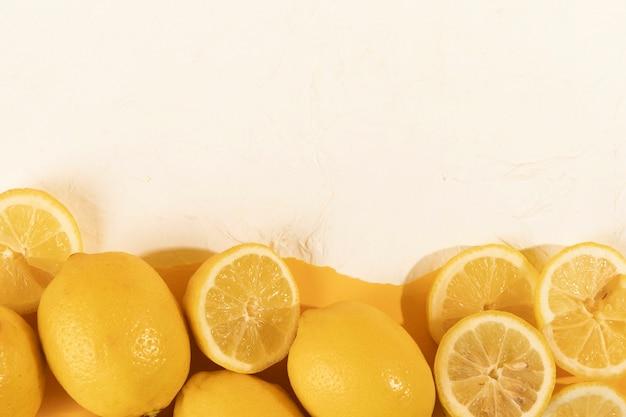 Limones y rodajas frescas en la mesa