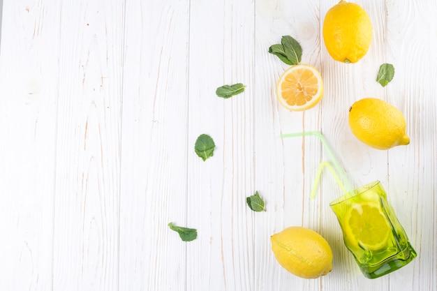 Limones y vidrio de colores brillantes con paja.