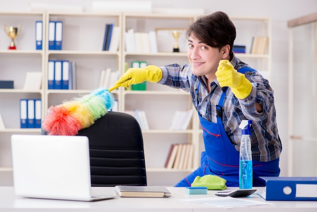 Limpiador masculino trabajando en la oficina