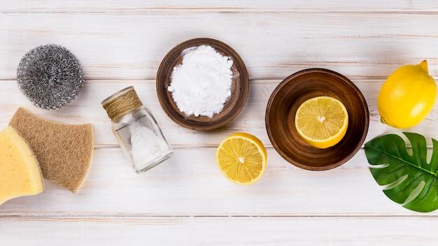 Limpiadores ecológicos de la casa sal y mitades de limón