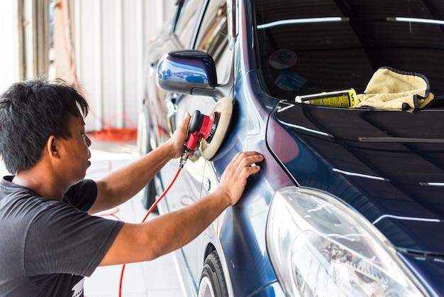 Limpiar el auto en la tienda de cuidado de autos