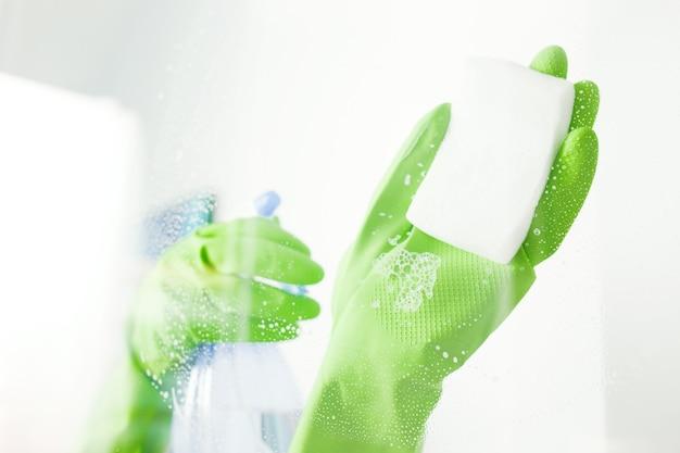 Limpiar el cristal de la ventana con detergente, concepto de limpieza
