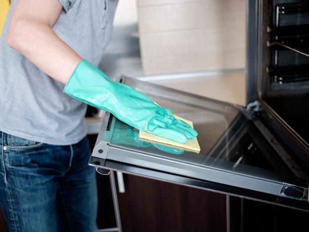 Limpiar el horno de la cocina.