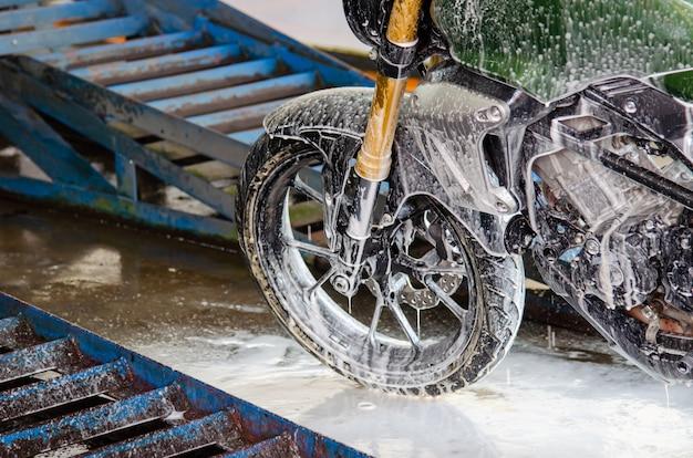 Limpiar el lavado de motocicletas en el taller de lavado de autos