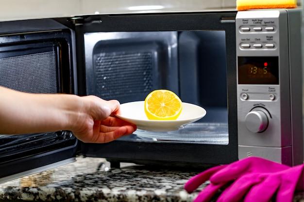 Limpiar un microondas con limón