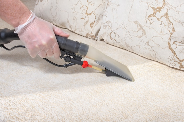 Limpiar el sofá con una aspiradora