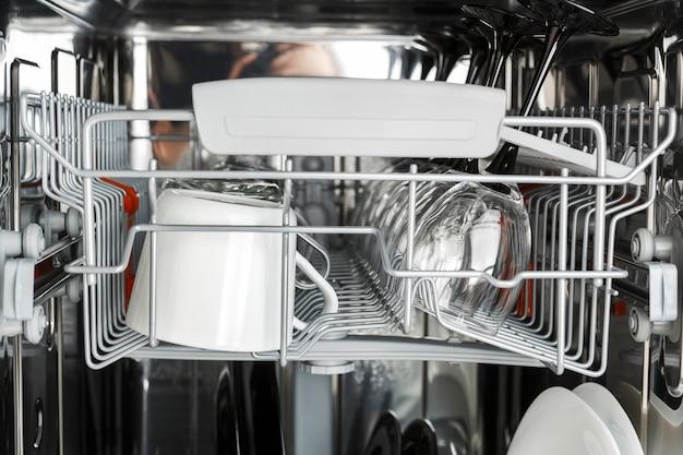 Limpiar los vasos después de lavarlos en el lavaplatos.
