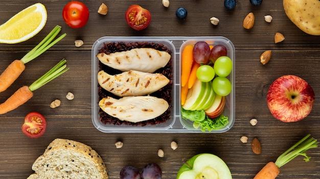 Limpie alimentos saludables bajos en grasa sin aceite en una caja de comida para llevar