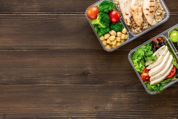 Limpie alimentos saludables, bajos en grasa y listos para comer en cajas de comida.