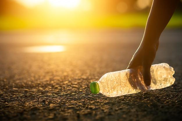 Limpie la botella de plástico o la basura, la basura, el reciclaje, la contaminación en el camino