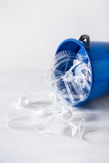 Limpie las botellas de plástico reciclables, recipientes, tazas en el basurero. gestión de residuos reutilización de plásticos