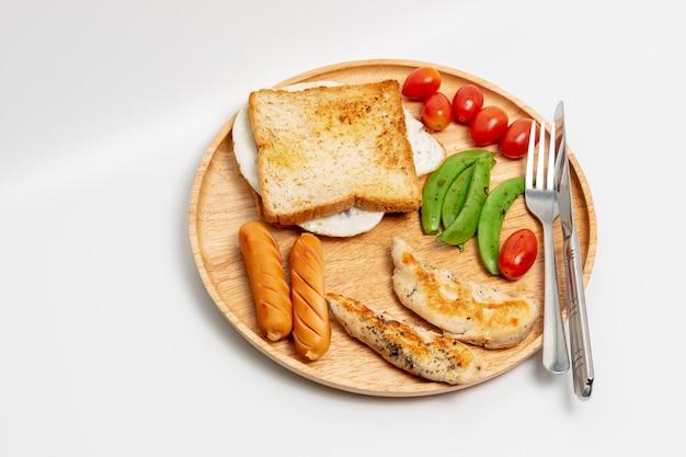 Limpie el desayuno hecho casero aislado en el fondo blanco.