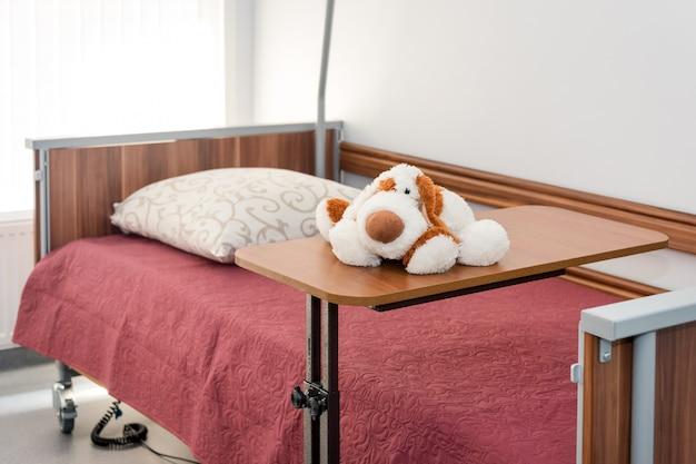 Limpie la habitación de hospital vacía lista para pacientes. camas vacías en la sala del hospital