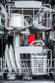 Limpie los platos después de lavarlos en la máquina lavaplatos.