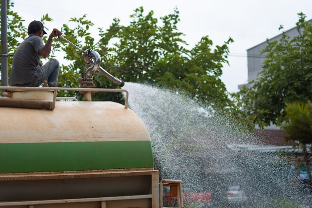 Limpieza del agua del trabajador después de un mercado callejero.
