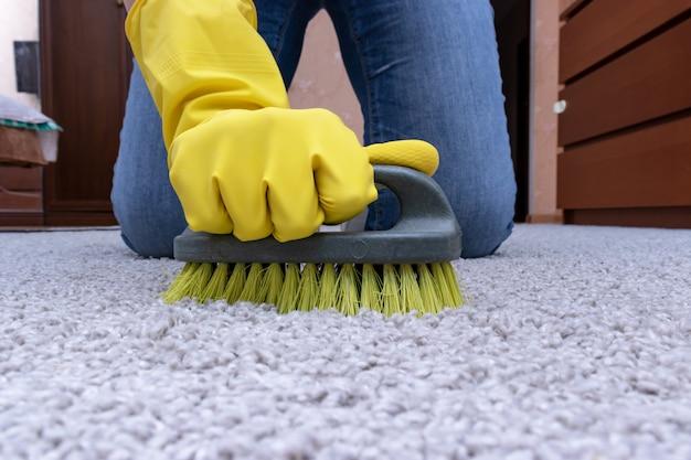 Limpieza de alfombras con un cepillo.