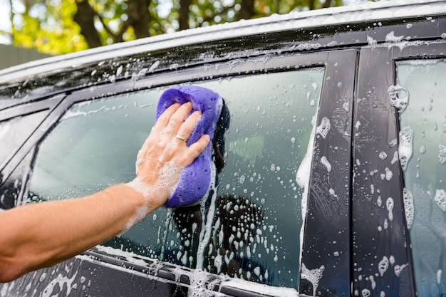 Limpieza de automóviles con esponja y jabón