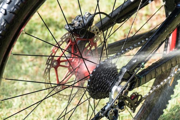 Limpieza de bicicleta de montaña con agua a presión