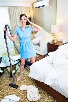 Limpieza de camarera en habitación de hotel asiática