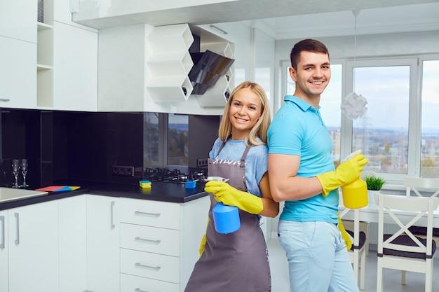 Limpieza de la casa. una joven pareja está limpiando un apartamento.