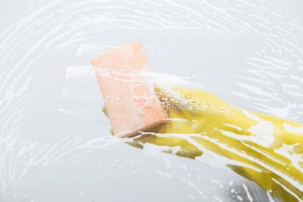 Limpieza de cristales con esponja