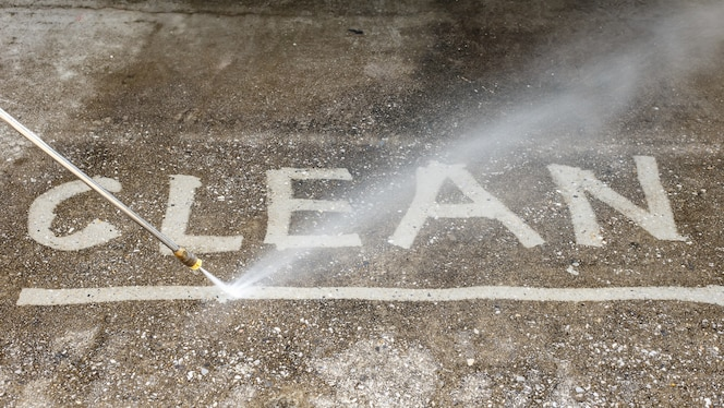 Limpieza de pisos al aire libre con chorro de agua a alta presión